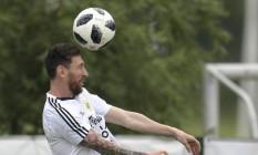 Lionel Messi cabeceia a bola no treino da Argentina em Bronnitsy Foto: JUAN MABROMATA / AFP