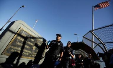 Oficiais de patrulhamento de fronteiras à espera de novos imigrantes na divisa entre México e Estados Unidos Foto: JOSE LUIS GONZALEZ / REUTERS