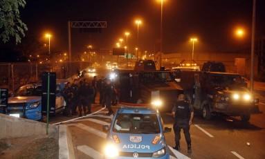 PMs e manifestantes trocaram tiros no começo da madrugada desta quinta-feira Foto: MARCOS DE PAULA / Agência O Globo