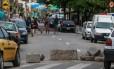 Barricadas foram montadas por traficantes da Providência para impedir a entrada de policiais Foto: Marcelo Régua 18-06-2018 / Agência O Globo