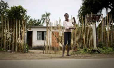 A diarista Denair Cassiano, de 55 anos, moradora de Guaratiba: saneamento básico ainda é problema na região Foto: Márcia Foletto / Agência O Globo
