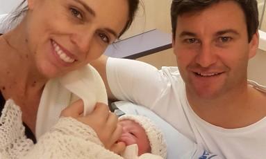 O casal Jacinda Ardern e Clarke Gayford com a bebê recém-nascida Foto: HANDOUT / REUTERS