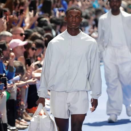 Sob os olhares atentos de um batalhão de celebridades (incluindo o rapper Kanye West e socialite Kim Kardashian), Virgil Abloh fez sua estreia como diretor criativo da linha masculina da Louis Vuitton. Na passarela, os acessórios roubaram a cena Foto: CHARLES PLATIAU / REUTERS