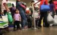 Famílias de imigrantes libertadas de um centro de detenção em Dilley, Texas Foto: GSR / Nuri Vallbona