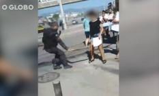 Policial ameaça bater em estudante durante ato contra morte de menino na Maré Foto: Reprodução