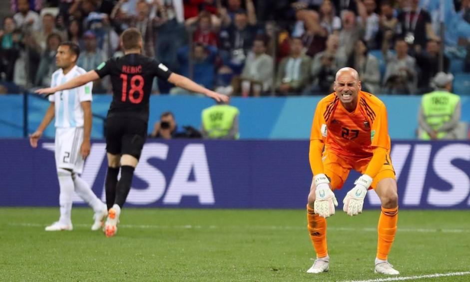 Caballero se desespera após erro bisonho no primeiro gol da Croácia Foto: IVAN ALVARADO / REUTERS