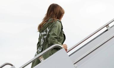 """Melania Trump embarca para viagem a um abrigo para crianças imigrantes com o casaco com a frase: """"Eu realmente não me importo. Você se importa?"""" Foto: KEVIN LAMARQUE / REUTERS"""