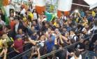 O pré-candidato do PSL à Presidência, Jair Bolsonaro, chega ao aeroporto de Campina Grande Foto: Bruno Abbud/ Agência O GLOBO