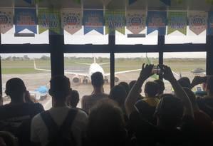 Eleitores de Jair Bolsonaro esepram o deputado no aeroporto de Campina Grande (PB) Foto: Bruno Abbud/ Agência O GLOBO