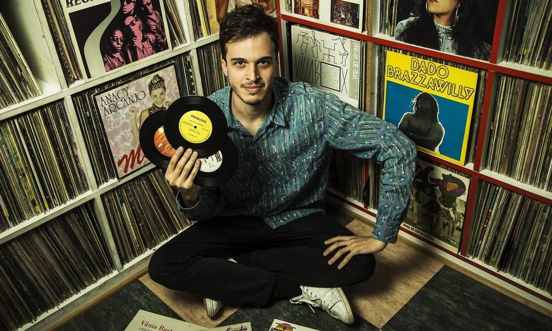 """O DJ Millos Kaiser, organizador do disco """"Onda de Amor"""", coletânea de música brasileira dançante e obscura dos anos 80 e 90 Foto: Guito Moreto / Agência O Globo"""
