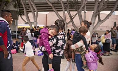 Famílias esperam para entrevistas sobre pedidos de asilo na fronteira entre México e EUA Foto: SANDY HUFFAKER / NYT