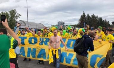 Brasileiros se unem para torcer e provocar os argentinos Foto: Diogo Dantas / Agência O Globo