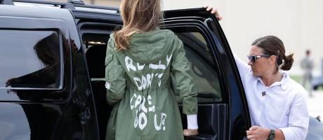 """A roupa pode dizer muito da personalidade de uma pessoa. Em viagem um centro de detenção para crianças imigrantes separadas dos pais, no Texas, Melania Trump, a primeira dama americana, virou notícia ao surgir com um casado com a seguinte frase estampada: """"I really don't care. Do u?"""" (Eu realmente não ligo. Você liga?). Digamos, que o local não era o mais apropriado para a peça... Foto: Chip Somodevilla / Getty Images"""
