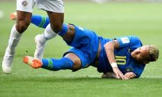 Neymar cai em campo no jogo contra a Costa Rica, pelo Grupo E Foto: GABRIEL BOUYS / AFP
