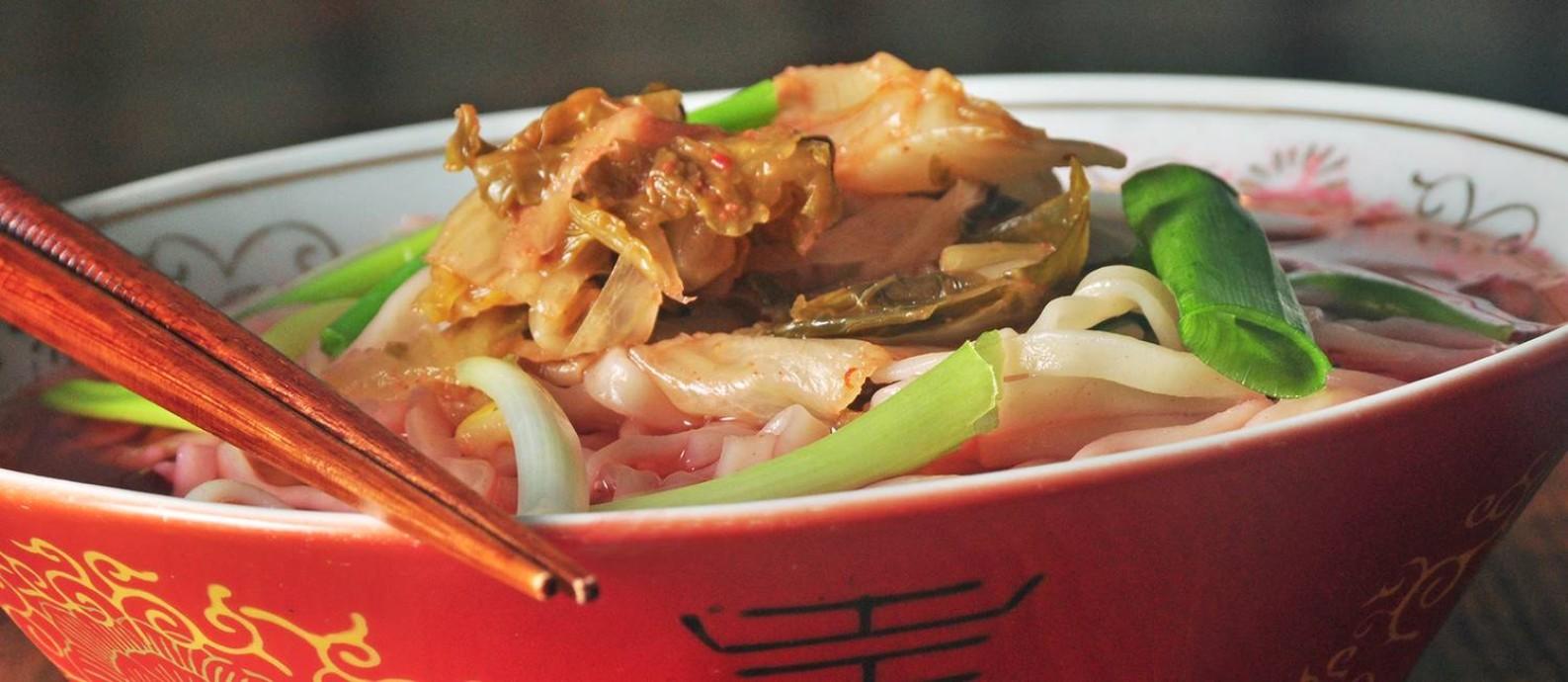 kimchi lámen, com caldo de porco e kimchi picante e fermentado com vegetais frescos Foto: Rio Art Com / Divulgação