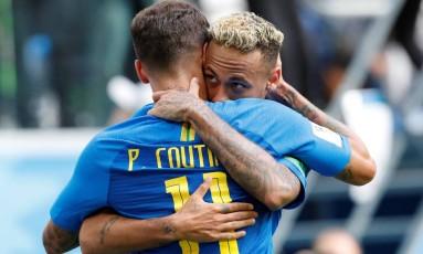 Neymar e Coutinho comemoram: cada um fez um gol na vitória do Brasil sobre a Costa Rica Foto: CARLOS GARCIA RAWLINS / REUTERS