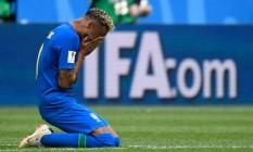 """Depois do apito final, o craque ajoelhou e foi às lágrimas, abraçado pelos demais jogadores, e sob os gritos da torcida de """"o campeão voltou"""" Foto: CHRISTOPHE SIMON / AFP"""