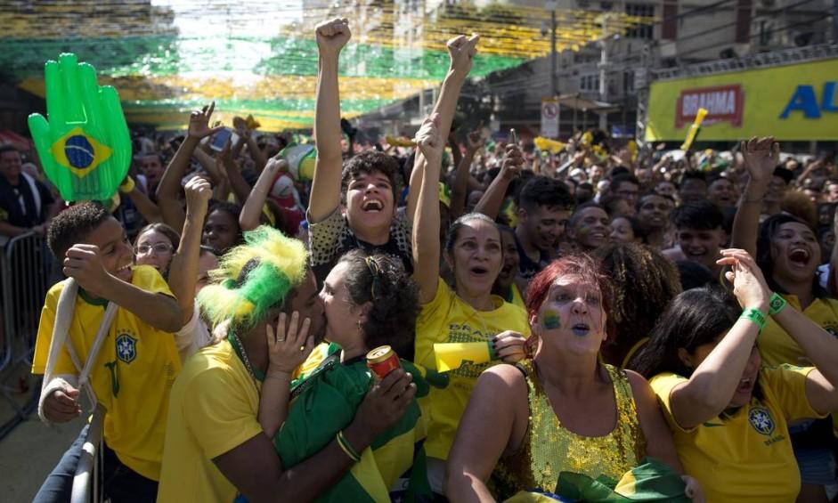 Torcedores comemoram, no Alzirão, a vitória do Brasil contra a Costa Rica Foto: Márcia Foletto / Agência O Globo