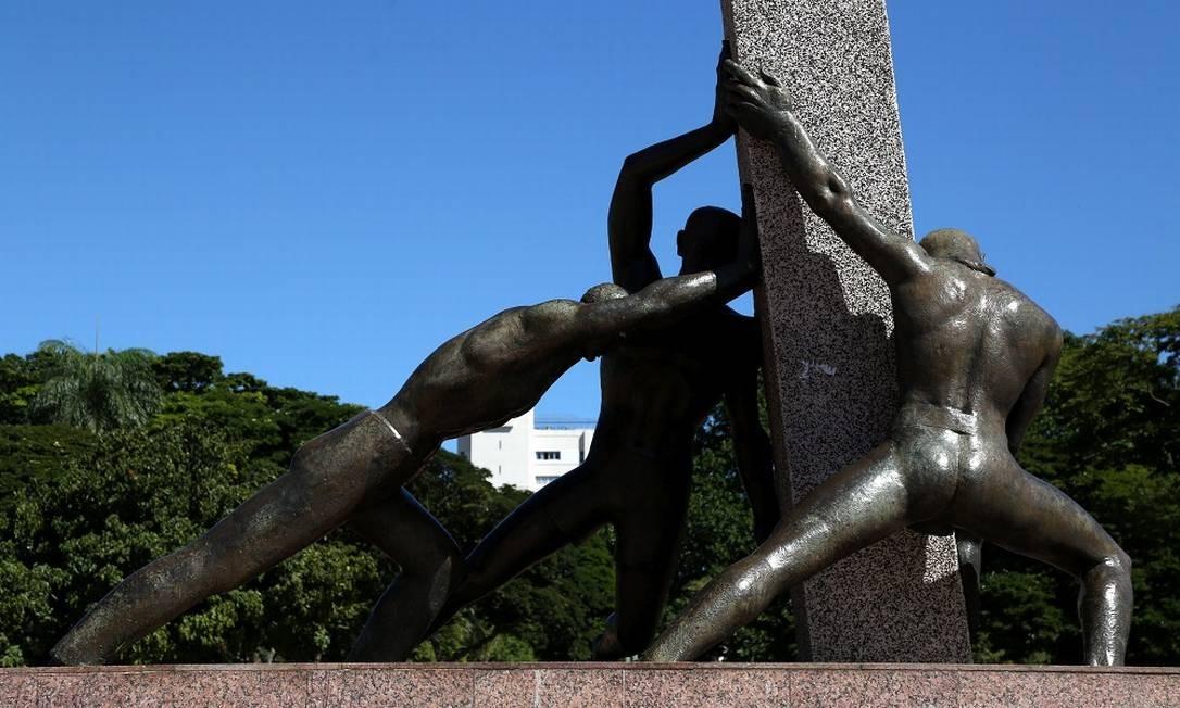 Detalhe de uma escultura da Praça Cívica, no Centro de Goiânia Foto: Custodio Coimbra / Agência O Globo
