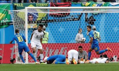 Neymar e Roberto Firmino comemoram o gol de Coutinho sobre a Costa Rica Foto: HENRY ROMERO / REUTERS