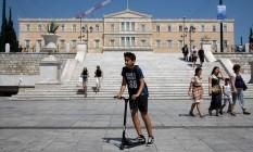 Garoto passeia na Praça Syntagma, em Atenas, que foi palco de muitas manifestações durante a crise na Grécia. . Foto: Costas Baltas/Reuters