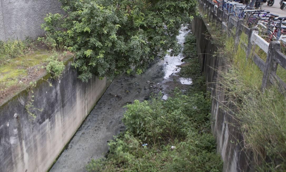 Assoreado. O Rio Jacaré, que desemboca na Lagoa de Piratininga, vai receber projeto de renaturalização, com a retirada da canalização e restituição da dinâmica natural Foto: Roberto Moreyra