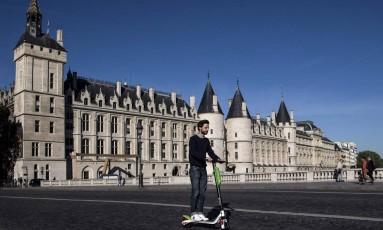Arthur-Louis Jacquier a bordo de uma scooter elétrica Foto: CHRISTOPHE ARCHAMBAULT / AFP