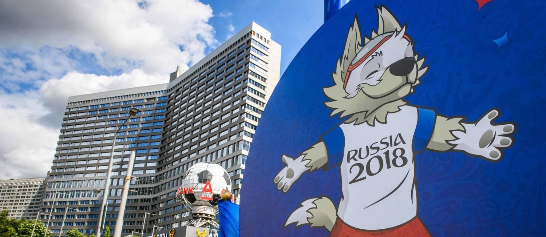 Mascote da Copa, Zabivaka dá o tom da decoração nas ruas de Moscou Foto: MLADEN ANTONOV / AFP