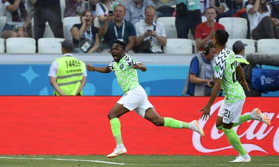 Musa celebra um de seus dois gols na vitória da Nigéria contra a Islândia Foto: NICOLAS ASFOURI / AFP