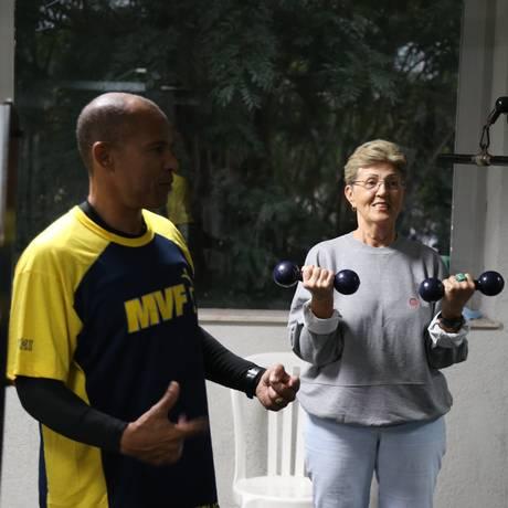 Victório e a aluna Luci na academia do Riviera Foto: Pedro Teixeira / Agência O Globo