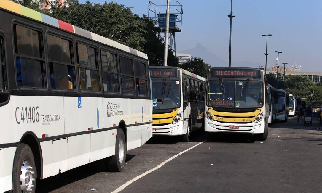 Ônibus na Avenida Presidente Vargas, no Centro do Rio Foto: Fabiano Rocha / Agência O Globo