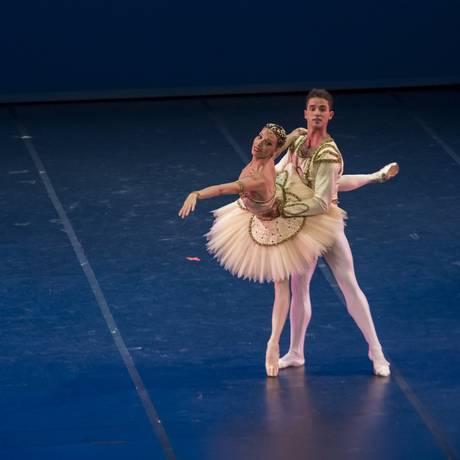 Os bailarinos Claudia Mota e Moacir Emanoel, em 'Raymonda' Foto: Júlia Rónai - Theatro Municipa / Divulgação/Júlia Rónai