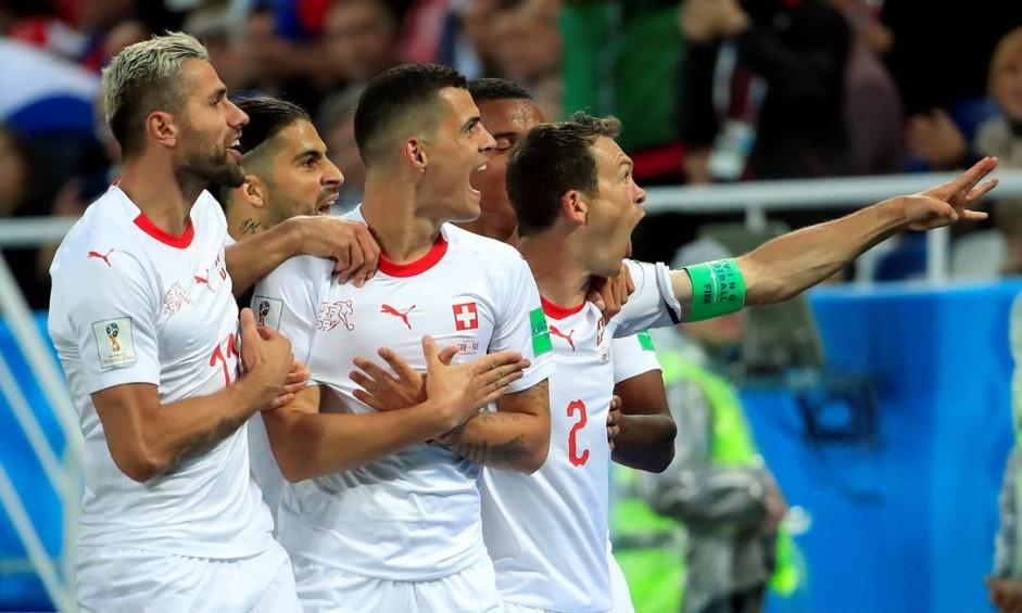 Xhaka comemora o primeiro gol da Suíça na partida Foto: GONZALO FUENTES / REUTERS