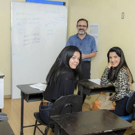 Elide, Vitória e Querem estão inscritas na aula de matemática do professor Masetti, na Faetec Foto: Fabio Cordeiro