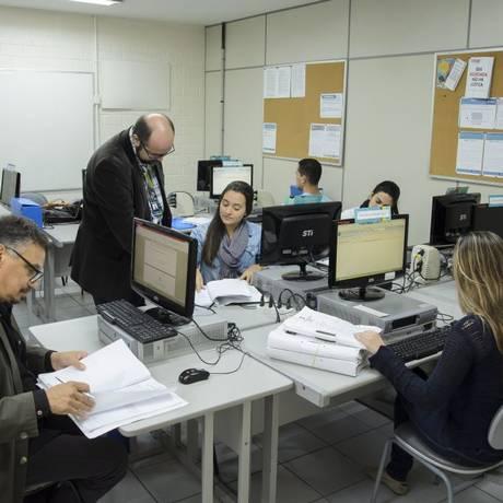 Gratuito. Marcelo Garcia orienta alunos no Núcleo de Prática Jurídica Foto: Fabio Cordeiro / Agência O Globo