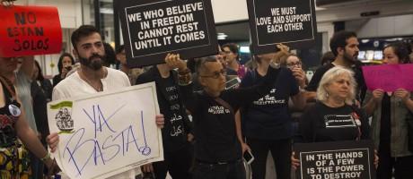 Com cartazes em inglês e em espanhol, manifestantes protestam no aeroporto nova-iorquino de La Guardia contra política de separação de famílias na fronteira pelo presidente Donald Trump: situação se agrava Foto: DAVE SANDERS / NYT