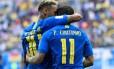 Neymar abraça Philippe Coutinho na vitória do Brasil sobre a Costa Rica Foto: CHRISTOPHE SIMON / AFP