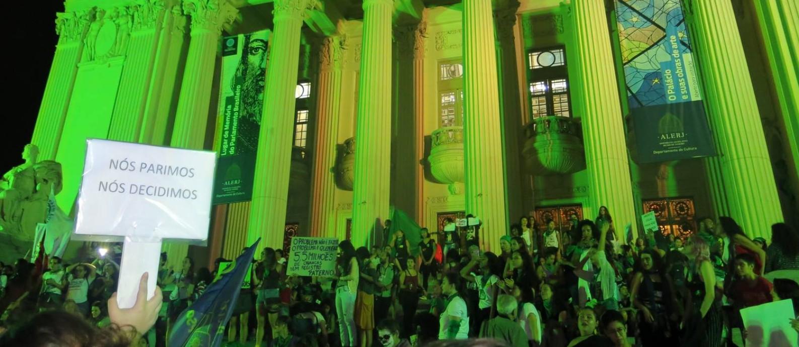 Cerca de 300 manifestantes se reúnem na noite desta sexta-feira em frente à Alerj, no Centro do rio, para pedir a descriminalização do aborto no Brasil Foto: Clarissa Pains