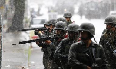 Militares durante a operação conjunta na comunidade Vila Kennedy Foto: Pablo Jacob / Agência O Globo