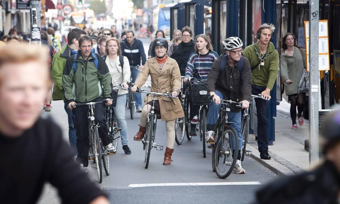 Referência nas iniciativas para redução da emissão de carbono, Copenhague tem extensa rede de aluguel de bicicletas equipadas com GPS e sensores para medir a qualidade do ar e detectar engarrafamentos Foto: NYT
