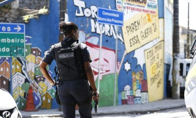 Policial faz patrulhamento em acesso a favela no Rio 10/03/2017 Foto: Márcia Foletto / Agência O GLOBO