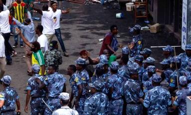 Policiais tentam controlar a multidão após a explosão da granada Foto: YONAS TADESE / AFP