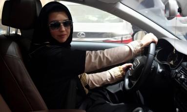 Já com a carteira de motorista, mulher senta atrás do volante em test drive em resort Foto: AMER HILABI / AFP