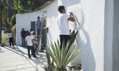 Grupo faz limpeza e pintura do Chafariz do Lagarto, no Centro. Foto de Gabriel Monteiro / Agência O globo Foto: Gabriel Monteiro / Agência O Globo