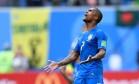 Douglas Costa desfalcará a seleção contra a Sérvia Foto: GABRIEL BOUYS / AFP
