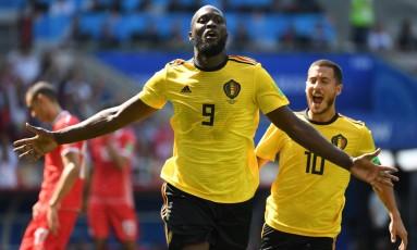 Contra a Tunísia, o belga Lukaku comemora um dos seus gols com Hazard ao fundo Foto: KIRILL KUDRYAVTSEV / AFP