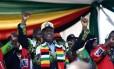 O presidente do Zimbábue, Emmerson Mnangagwa, escapou ileso de explosão em comício político Foto: ZINYANGE AUNTONY / AFP