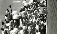 Plano de expansão. Filas para inscrições de telefones na Telerj do Méier Foto: Arquivo/Otávio Magalhães/20-10-1986