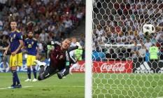 Goleiro sueco Olsen se estica todo, mas não alcança chute colocado de Kroos, ao fundo Foto: FRANCOIS LENOIR / REUTERS