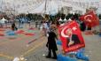 Apoiador do presidente turco Erdogan leva bandeira após comício Foto: UMIT BEKTAS / REUTERS